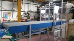 Horizontal conveyor with robot enclosure